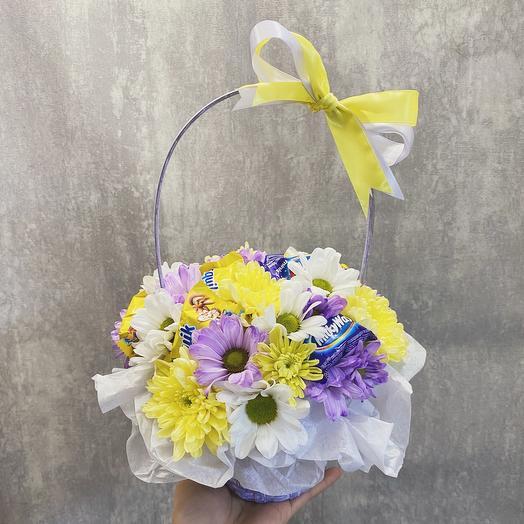 Корзина с цветами «Сладкоежке»