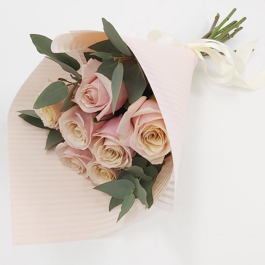 7 нежно-розовых роз с эвкалиптом