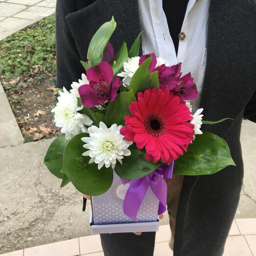 Цветы в коробке с герберой