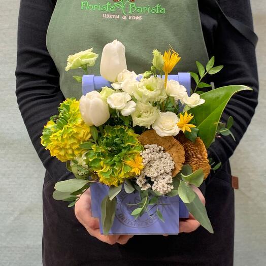 Композиция с ранункулюсами, белыми тюльпанами и кустовой розой