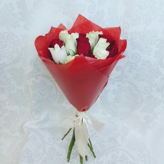 Букет из 15 роз микс красно-белый