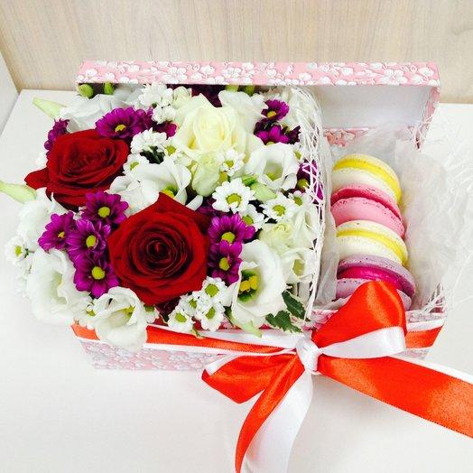 Коробка с цветами и пирожными macarons 2: букеты цветов на заказ Flowwow