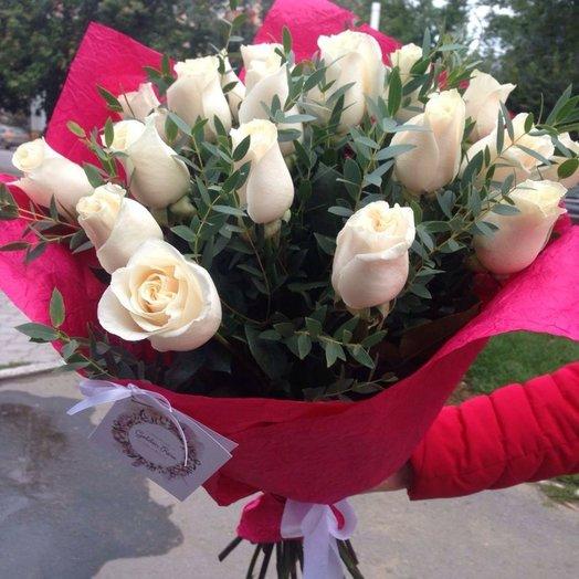 21 белая голландская роза + зелень (эвкалипт)