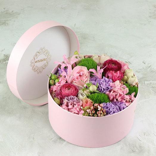 Композиция из гортензии, роз и ранункулюсов в коробке