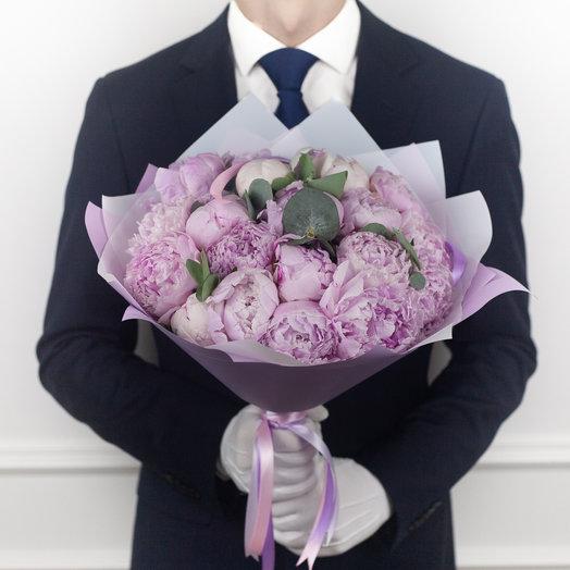 Букет из 19 французских пионов Sarah Bernhardt и эвкалипта: букеты цветов на заказ Flowwow