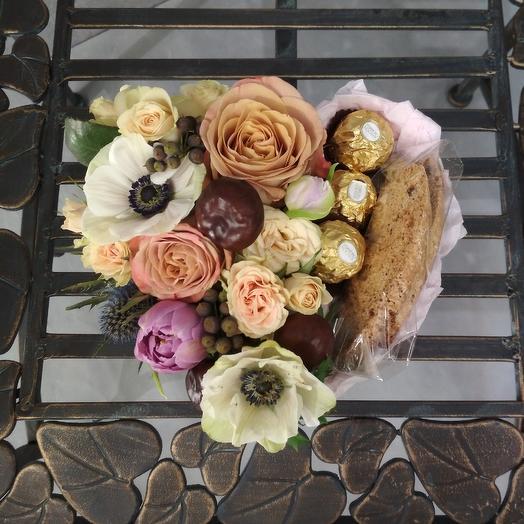 Красивая коробочка с анемонами, каштаном и конфетами ферреро роше: букеты цветов на заказ Flowwow