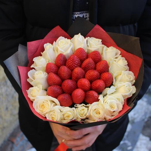 Букет из белых роз и клубники