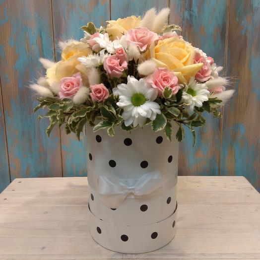 Коробка с розами, Лагурусом и хризантемой: букеты цветов на заказ Flowwow