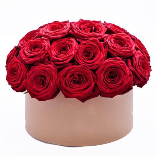 Шляпная коробочка с красными розами: букеты цветов на заказ Flowwow