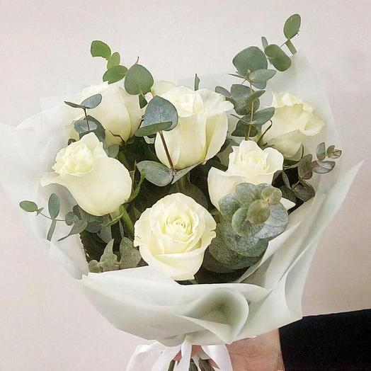 9 роз с эвкалиптом в дизайнерской упаковке: букеты цветов на заказ Flowwow
