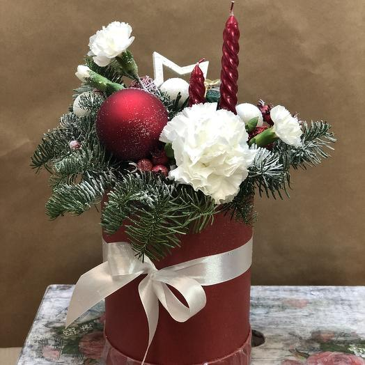 Новогодняя композиция в шляпной коробке: букеты цветов на заказ Flowwow