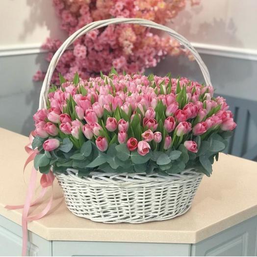 Огромная корзина тюльпанов