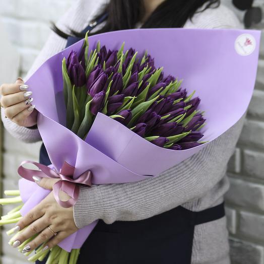 51 фиолетовый тюльпан в упаковке: букеты цветов на заказ Flowwow