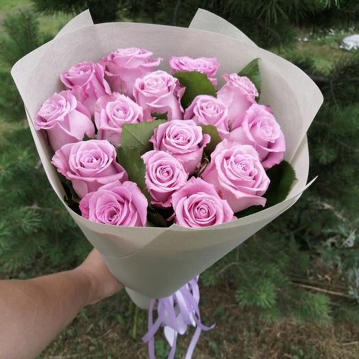 Букет из 15 сиреневых роз в упаковке