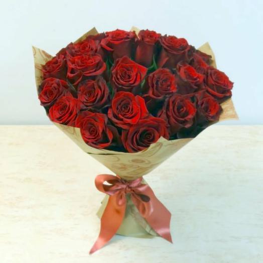 Роза красная в крафте 25