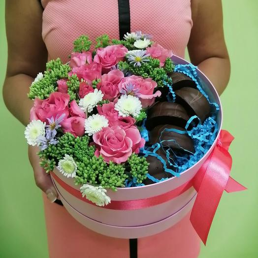 Коробка с десертом и живыми цветами