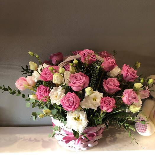 Корзина с цветами с фиолетовой розой и эустомой