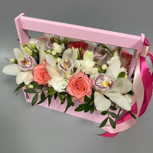 Микс из роз , Эустом и орхидей в деревянном ящике