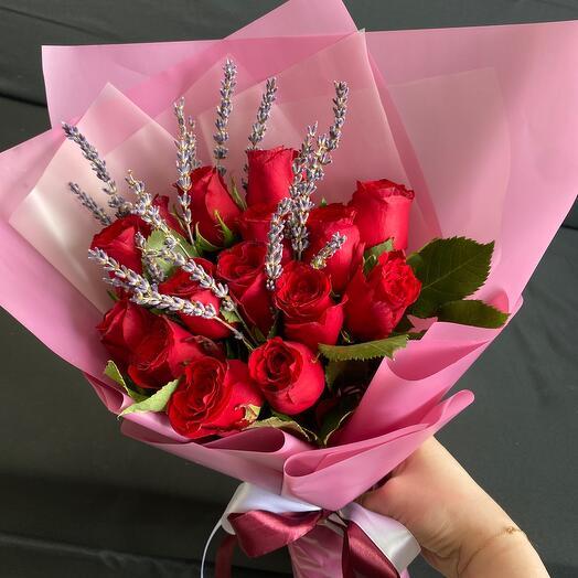 Букет из красных роз с лавандой