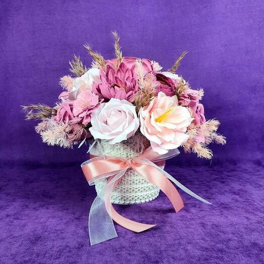 Розовая композиция из мыльных цветов в кашпо