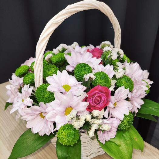 Корзина с цветами собрана и готова к доставке