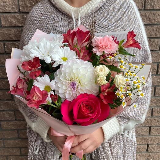 Нежный букет с георгином и ароматной розой