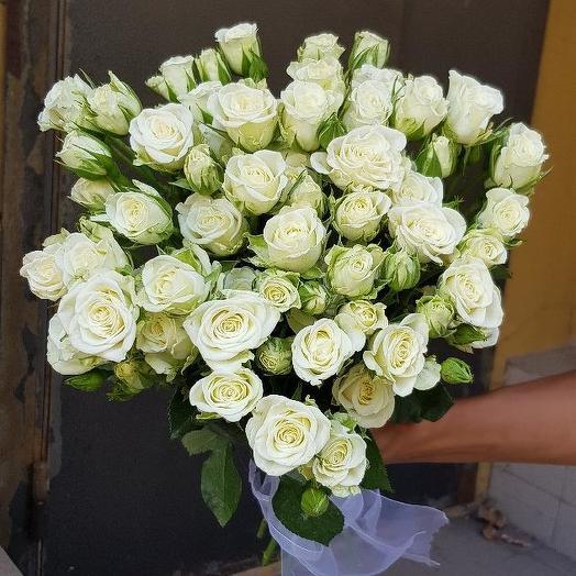 Букет из 21 белой кустовой розы 60 см: букеты цветов на заказ Flowwow