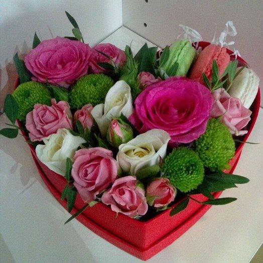 Коробочка сердце с цветами и макарунами: букеты цветов на заказ Flowwow