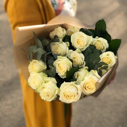 Букет из 15 белых роз и эвкалиптом