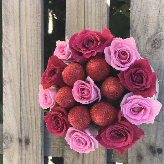 Коробочка роз с клубникой: букеты цветов на заказ Flowwow