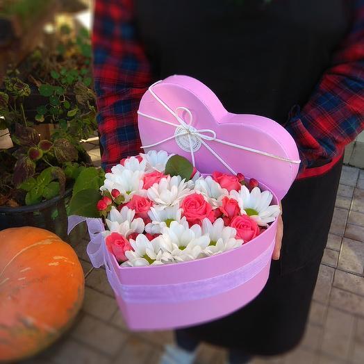 Сердце с розами и хризантемой