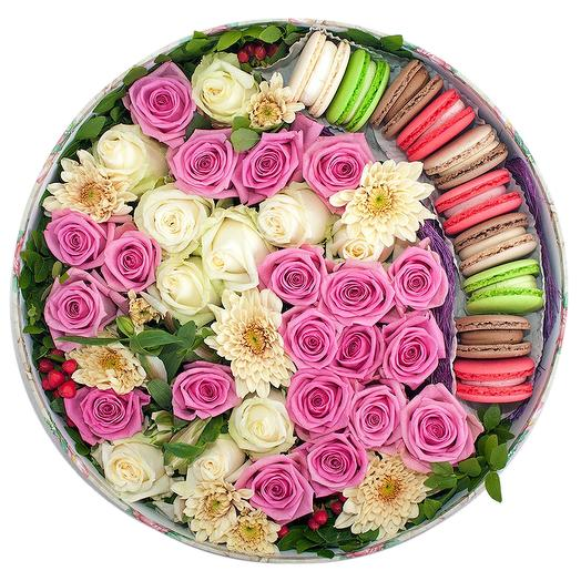 ЦВЕТЫ В КОРОБКЕ С МАКАРОНИ СРЕДНЯЯ: букеты цветов на заказ Flowwow