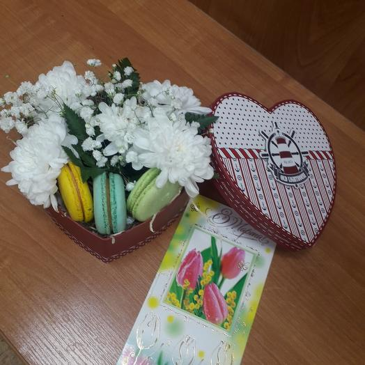 Box heart with flowers and macaroons