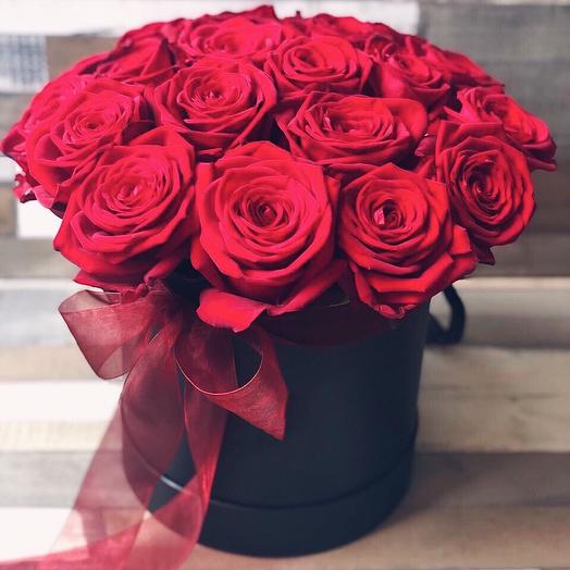 Коробка с 21 красной розой: букеты цветов на заказ Flowwow