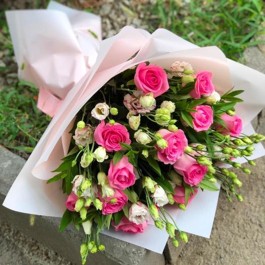 Букет из розовых роз и эустом