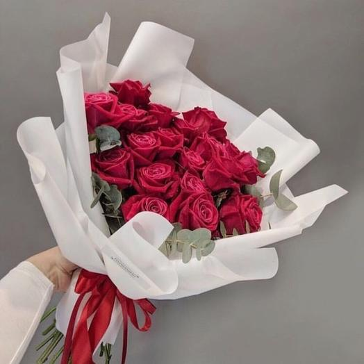 Букет из 19 малиновых роз с эвкалиптом: букеты цветов на заказ Flowwow