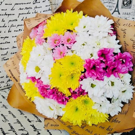 Букет из разноцветных хризантем в крафт бумаге