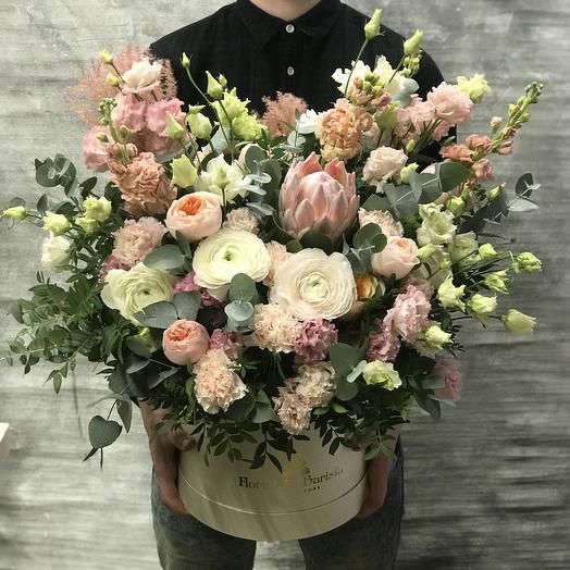 Нежная коробка с протеей и ранункулюсом: букеты цветов на заказ Flowwow