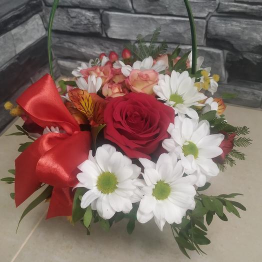 Корзинка с розочками: букеты цветов на заказ Flowwow