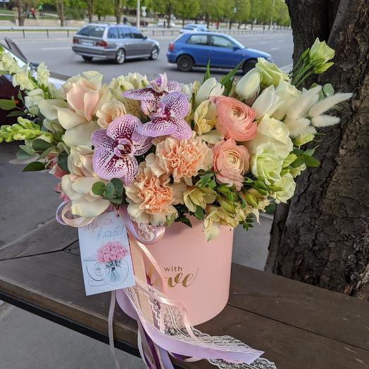 Коробка с цветами  персикового цвета