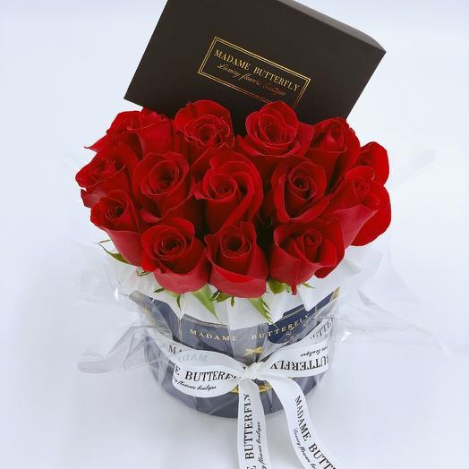 Мини бархатная синяя. 23 красные розы