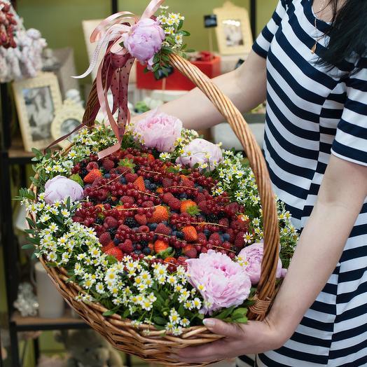 """Корзина с ягодами и цветами """"От всей души!"""""""