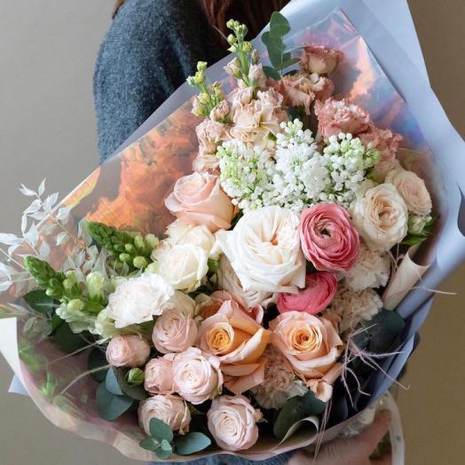 Нежный,красивый букет с сиренью пионовидных и кустовых роз-«Очарованная»