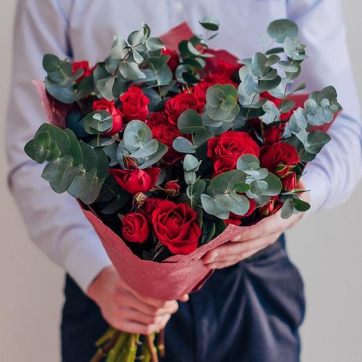 Букет из 15 красных роз и эвкалипта