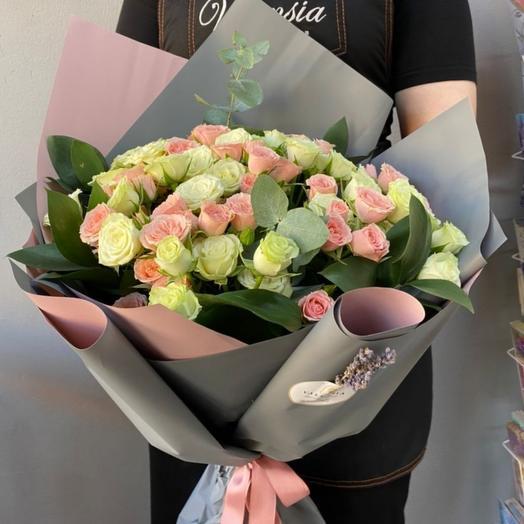 Кустовые розы с зеленью