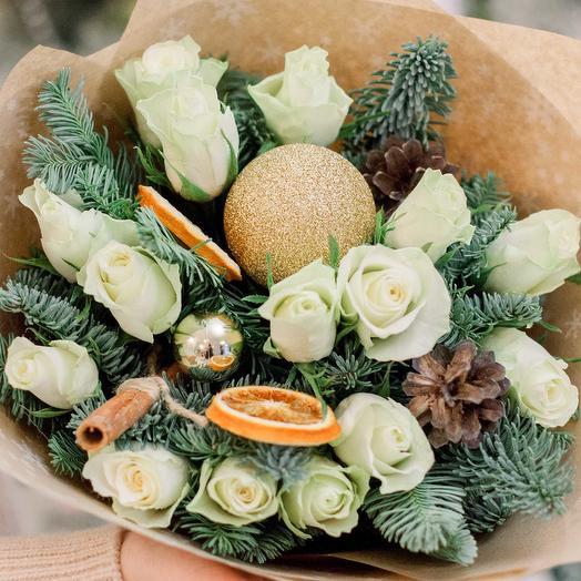 Букет из 15 белых роз (Кения) 40 см Standart с елью, корицей и шишками в крафте