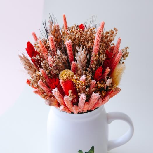 Композиция из сухоцветов в фарфоровой кружке