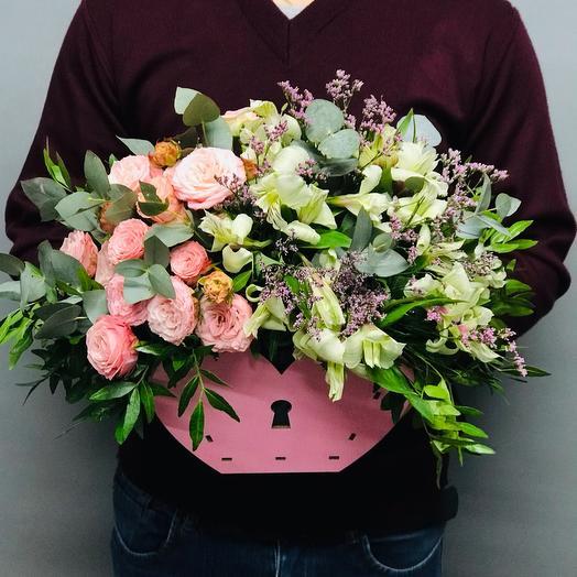 Сердце из роз и альстромерий