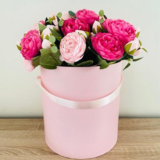 Искусственные пионовидные розы в шляпной коробке