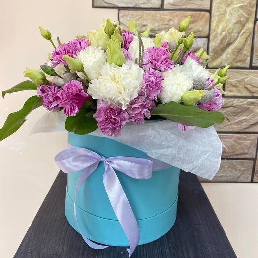 Шляпная коробка с цветами без роз